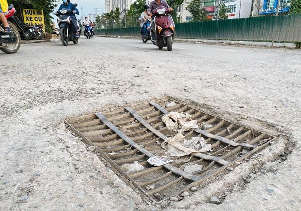 Gần 2,5km đường ở Sài Gòn giá hơn 800 tỷ nhưng làm 5 năm chưa xong: Người dân than trời vì ổ gà, bụi và nước ngập - Ảnh 4.