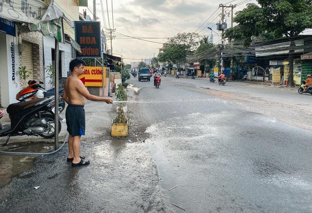 Gần 2,5km đường ở Sài Gòn giá hơn 800 tỷ nhưng làm 5 năm chưa xong: Người dân than trời vì ổ gà, bụi và nước ngập - Ảnh 9.