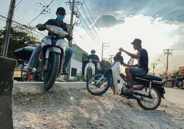 Gần 2,5km đường ở Sài Gòn giá hơn 800 tỷ nhưng làm 5 năm chưa xong: Người dân than trời vì ổ gà, bụi và nước ngập - Ảnh 7.