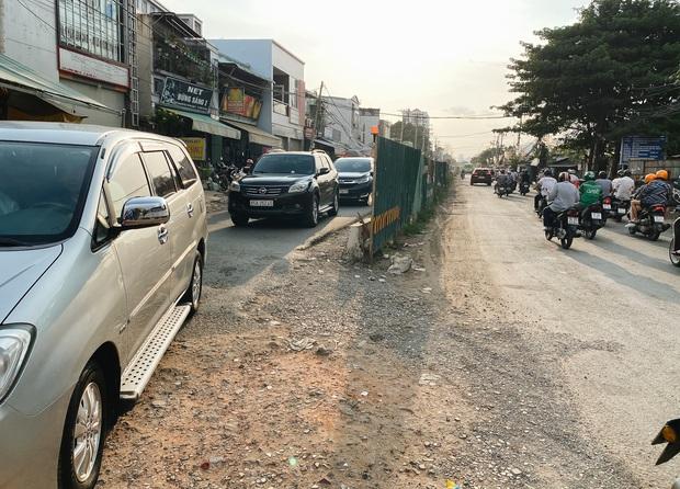 Gần 2,5km đường ở Sài Gòn giá hơn 800 tỷ nhưng làm 5 năm chưa xong: Người dân than trời vì ổ gà, bụi và nước ngập - Ảnh 1.