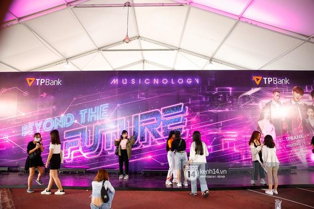 Đại nhạc hội Beyond The Future trước giờ G: Fandom Sơn Tùng, Isaac và Erik xôm tụ cả một góc, bầu không khí nóng lên theo từng giây! - Ảnh 8.