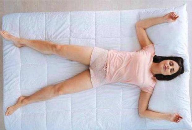 Tư thế ngủ khiến nhiều chị em đỏ mặt nhưng thực tế lại vô cùng có lợi cho gan, thận và vùng kín - Ảnh 1.