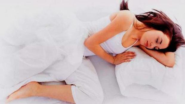 Tư thế ngủ khiến nhiều chị em đỏ mặt nhưng thực tế lại vô cùng có lợi cho gan, thận và vùng kín - Ảnh 2.