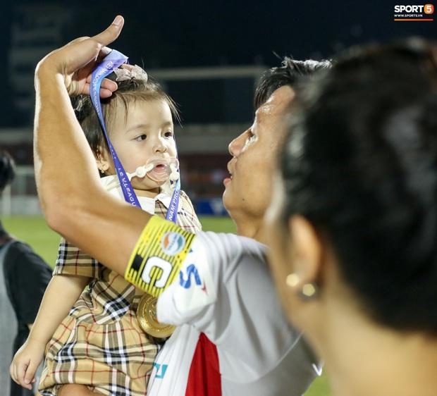 Con gái Quế Ngọc Hải biểu cảm không quan tâm đầy thú vị trong ngày đăng quang của bố - Ảnh 5.