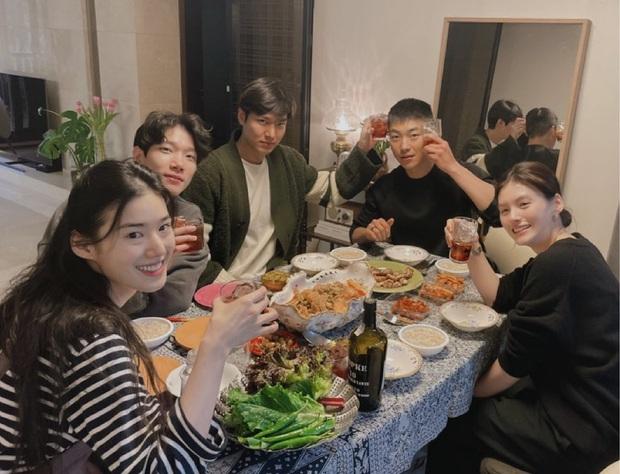 Bức ảnh gây bão: Lee Min Ho - Kim Go Eun lần đầu bên nhau sau tin hẹn hò, dàn sao cực phẩm Quân Vương Bất Diệt tụ họp - Ảnh 2.
