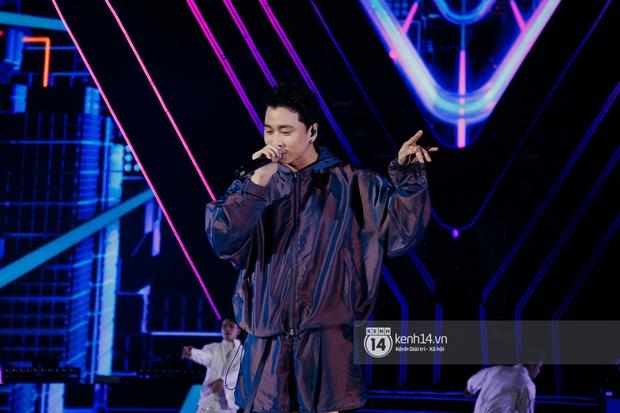 Ngay đêm phát sóng Chung kết Rap Việt: Karik bị ốm nặng và bội thực nhưng vẫn gắng gượng, trình diễn cực thần thái tại sự kiện? - Ảnh 9.