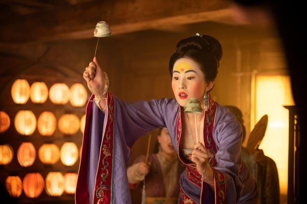 Yến Vân Đài vậy mà giống Mulan đến lạ: Hai chị đại siêu mê cưỡi ngựa bắn cung, sẵn bẫy luôn anh tướng quân đẹp trai? - Ảnh 9.