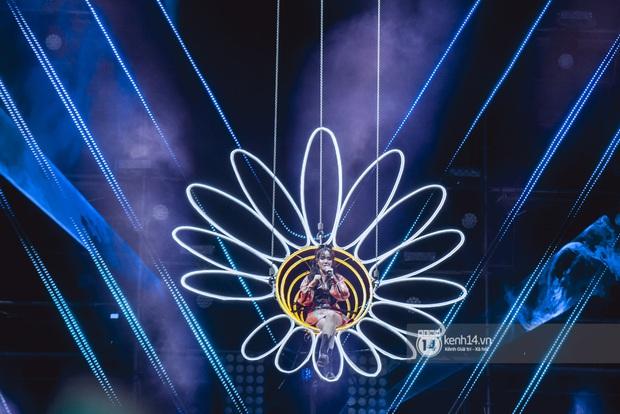 20 nghìn khán giả choáng ngợp trước loạt sân khấu ấn tượng của Sơn Tùng M-TP và dàn sao Vpop tại Đại nhạc hội Beyond The Future - Ảnh 3.