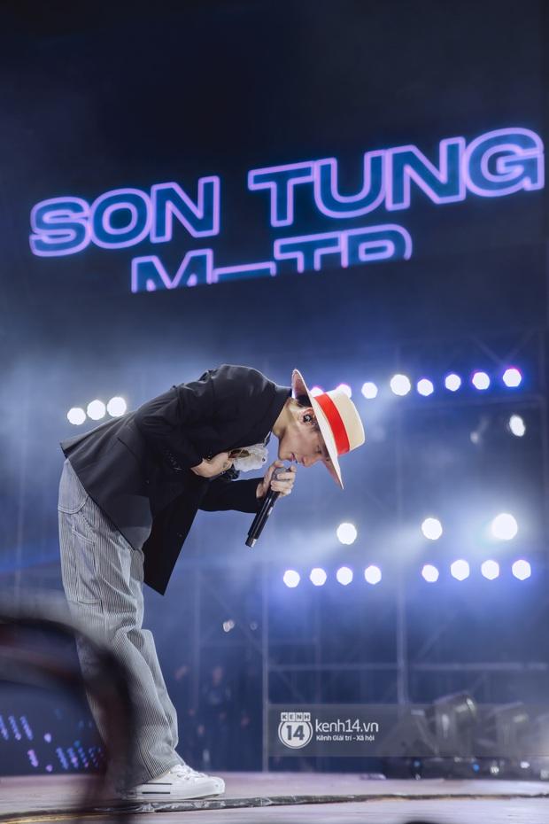 Bức ảnh gây bão: Sky cầm poster đến tận concert yêu cầu Sơn Tùng M-TP gỡ block Facebook mình vì trót dại chê idol lùn? - Ảnh 18.