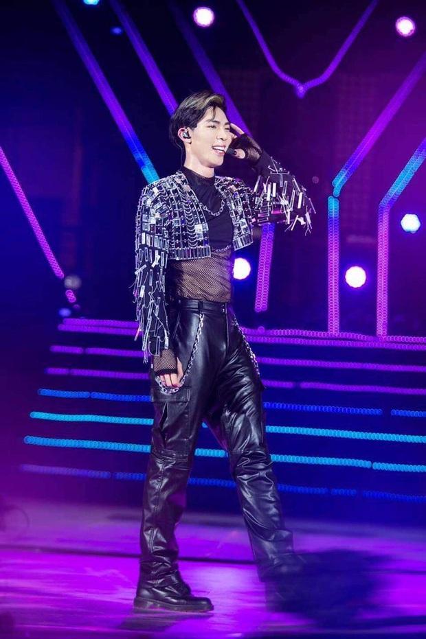 Netizen tranh cãi về outfit của Erik tại Rap Việt: Xiềng xích lằng nhằng, tổng thể sao trông rối mắt thế này? - Ảnh 2.