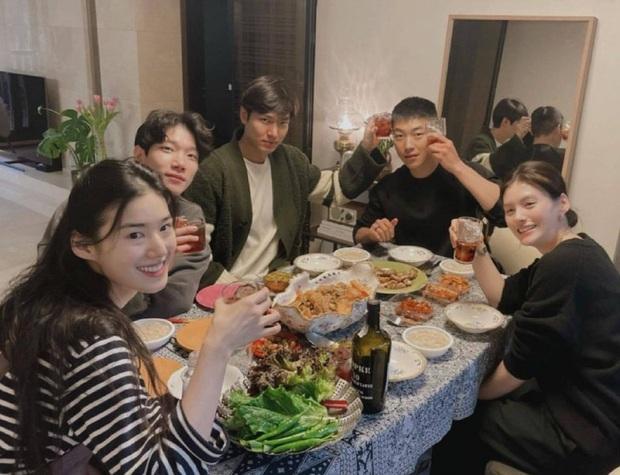 Hội Quân Vương Bất Diệt lại đăng thêm ảnh tụ tập cả dàn cast, giờ mới phát hiện Lee Min Ho nhìn crush Kim Go Eun muốn nổ con mắt luôn nha! - Ảnh 1.