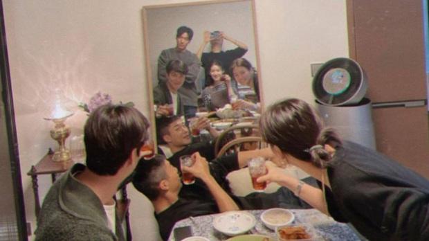 Hội Quân Vương Bất Diệt lại đăng thêm ảnh tụ tập cả dàn cast, giờ mới phát hiện Lee Min Ho nhìn crush Kim Go Eun muốn nổ con mắt luôn nha! - Ảnh 2.