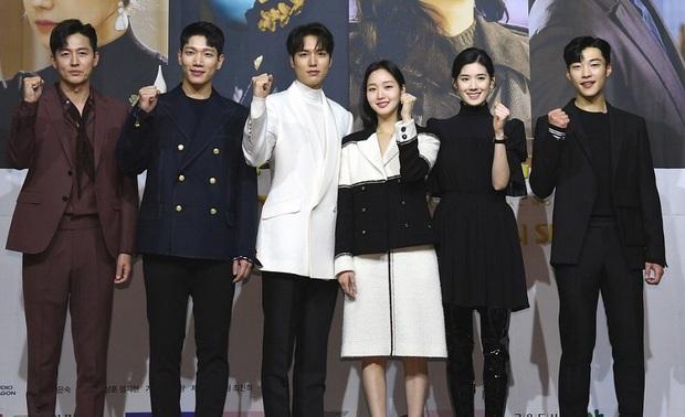 Hội Quân Vương Bất Diệt lại đăng thêm ảnh tụ tập cả dàn cast, giờ mới phát hiện Lee Min Ho nhìn crush Kim Go Eun muốn nổ con mắt luôn nha! - Ảnh 4.