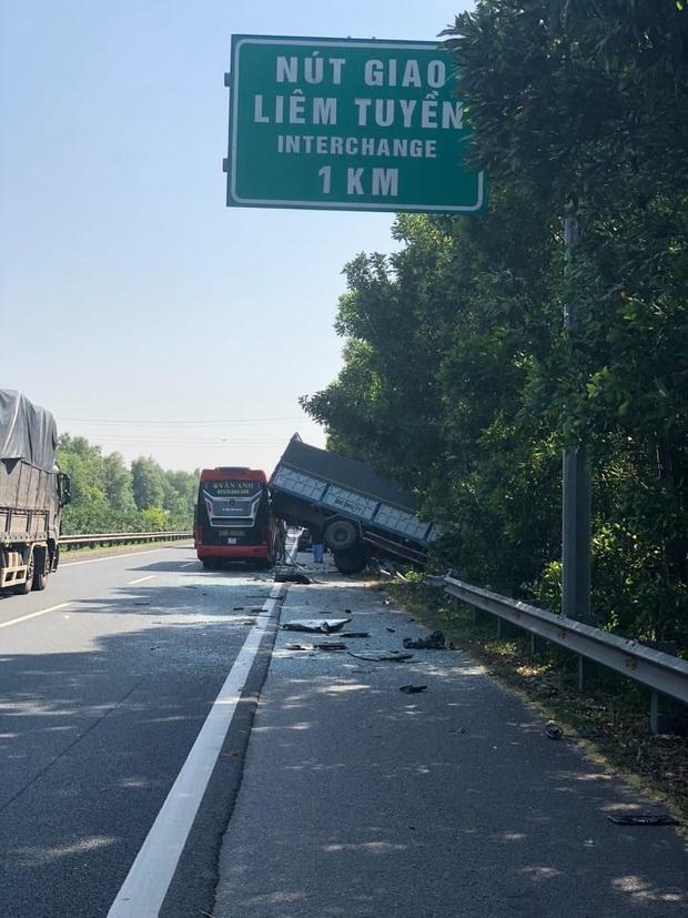 Hà Nam: Xe khách va chạm kinh hoàng với xe tải trên cao tốc, 4 người bị thương - Ảnh 1.