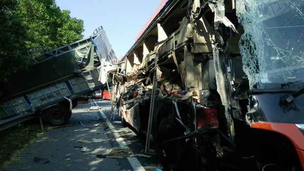 Hà Nam: Xe khách va chạm kinh hoàng với xe tải trên cao tốc, 4 người bị thương - Ảnh 2.