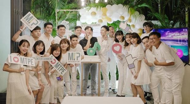 Sơn Tùng đăng ảnh kỉ niệm 4 năm M-TP Entertainment nhưng dân tình chỉ chăm chăm để ý Kay Trần như hình với bóng với Chủ tịch! - Ảnh 1.