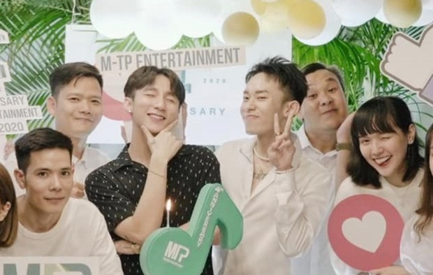 Sơn Tùng đăng ảnh kỉ niệm 4 năm M-TP Entertainment nhưng dân tình chỉ chăm chăm để ý Kay Trần như hình với bóng với Chủ tịch! - Ảnh 3.