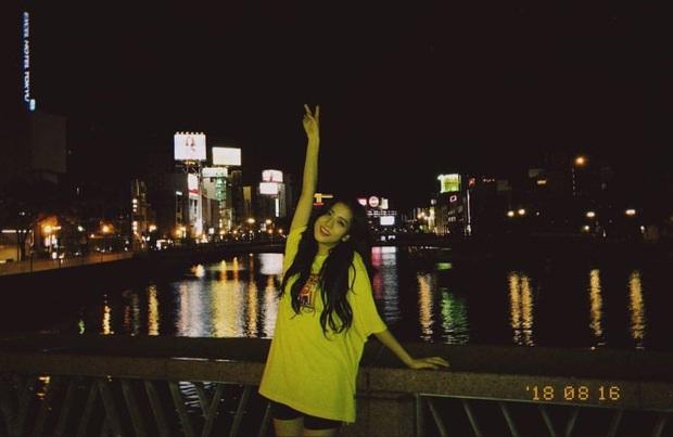 Ảnh nữ thần BLACKPINK đi dép lê, chụp tối thui ở Nhật khiến netizen ghen tị nổ mắt vì... đã xinh thì đứng bờ sông cũng đẹp - Ảnh 3.