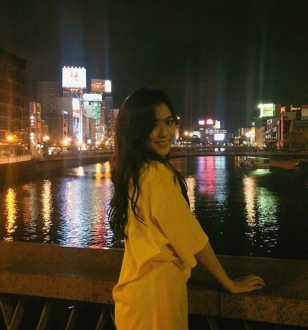 Ảnh nữ thần BLACKPINK đi dép lê, chụp tối thui ở Nhật khiến netizen ghen tị nổ mắt vì... đã xinh thì đứng bờ sông cũng đẹp - Ảnh 4.
