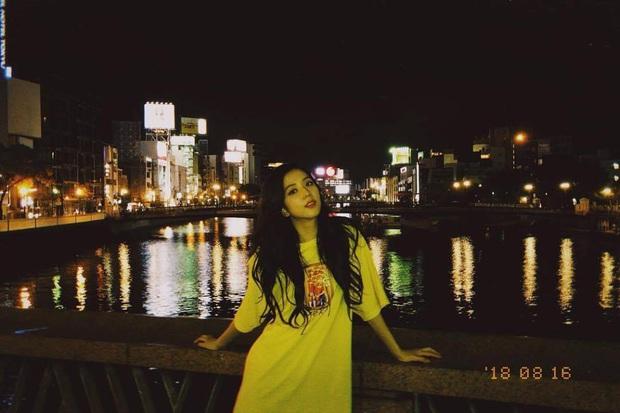Ảnh nữ thần BLACKPINK đi dép lê, chụp tối thui ở Nhật khiến netizen ghen tị nổ mắt vì... đã xinh thì đứng bờ sông cũng đẹp - Ảnh 2.
