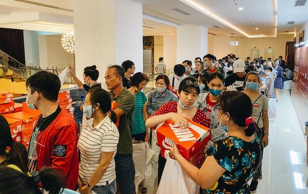 Người Sài Gòn ùn ùn đi hốt đồ hiệu đổ đống bán giá bèo, mua 2 tặng 1 - Ảnh 12.