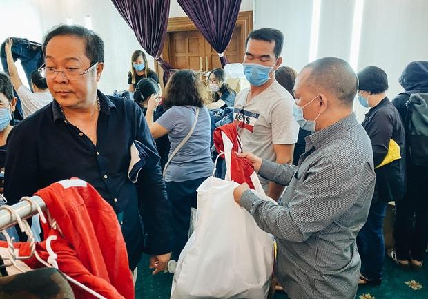 Người Sài Gòn ùn ùn đi hốt đồ hiệu đổ đống bán giá bèo, mua 2 tặng 1 - Ảnh 6.