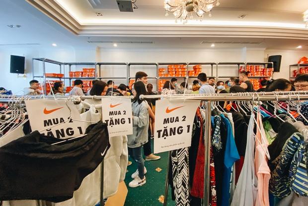 Người Sài Gòn ùn ùn đi hốt đồ hiệu đổ đống bán giá bèo, mua 2 tặng 1 - Ảnh 3.