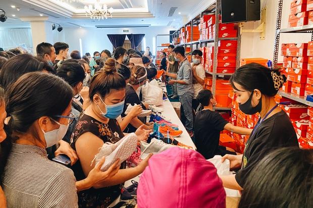 Người Sài Gòn ùn ùn đi hốt đồ hiệu đổ đống bán giá bèo, mua 2 tặng 1 - Ảnh 8.