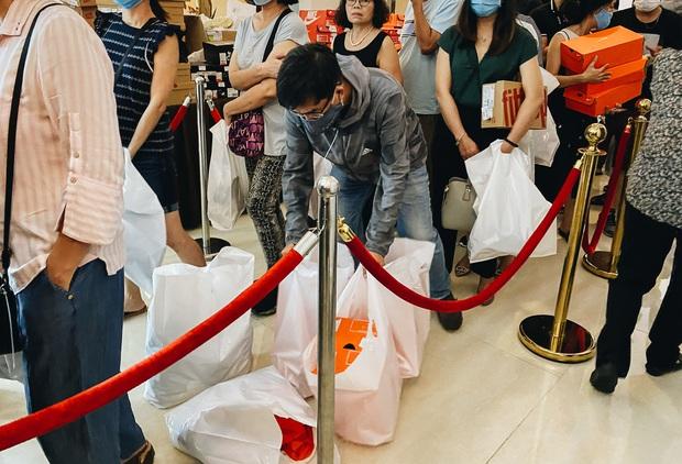 Người Sài Gòn ùn ùn đi hốt đồ hiệu đổ đống bán giá bèo, mua 2 tặng 1 - Ảnh 14.