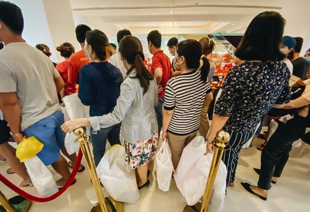 Người Sài Gòn ùn ùn đi hốt đồ hiệu đổ đống bán giá bèo, mua 2 tặng 1 - Ảnh 15.