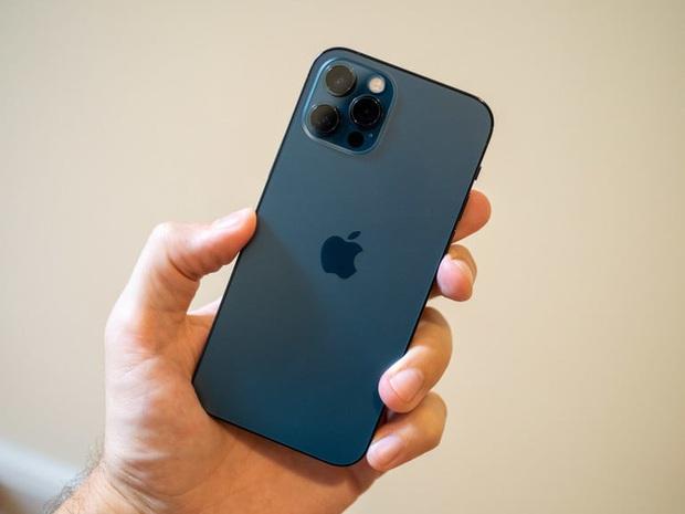 Vượt mặt Samsung, iPhone 12 Pro trở thành điện thoại chống nước tốt nhất năm 2020 - Ảnh 1.