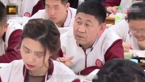 Người đàn ông trung niên ung dung ngồi trong lớp, ai cũng tưởng phụ huynh cho đến khi biết danh tính thì quá sốc - Ảnh 1.