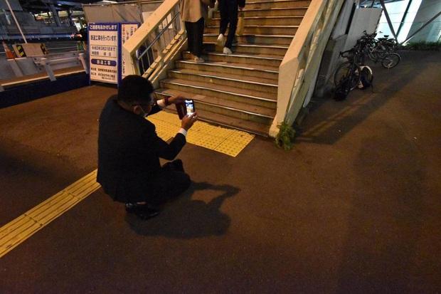 Hàng trăm người kéo tới một con phố tại Nhật Bản chỉ để chụp hình với củ cải trắng siêu đặc biệt này! - Ảnh 3.