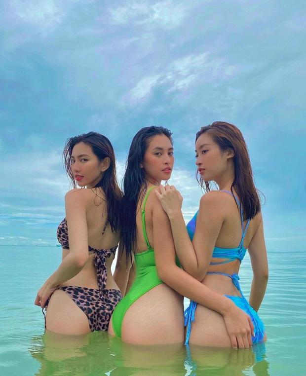 Hội nàng Hậu Vbiz rủ nhau diện bikini khoe trọn body bốc lửa, bàn tay hư của Tiểu Vy chiếm spotlight - Ảnh 2.