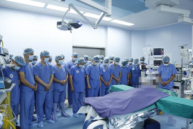 Huy động hơn 150 y bác sĩ, 12 bàn mổ cùng lúc nhận và ghép mô đa tạng cho 6 người, từ một bệnh nhân chết não - Ảnh 1.