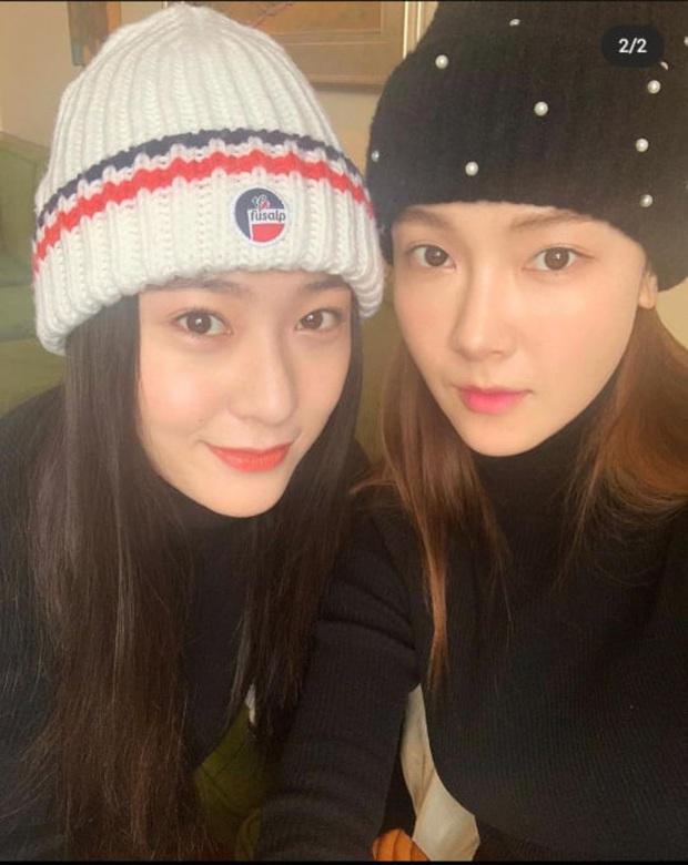 Ảnh selfie cận cảnh nhan sắc chị em sang chảnh nhất xứ Hàn Jessica - Krystal: Nhìn thế này ai ngờ cách nhau tận 5 tuổi? - Ảnh 1.