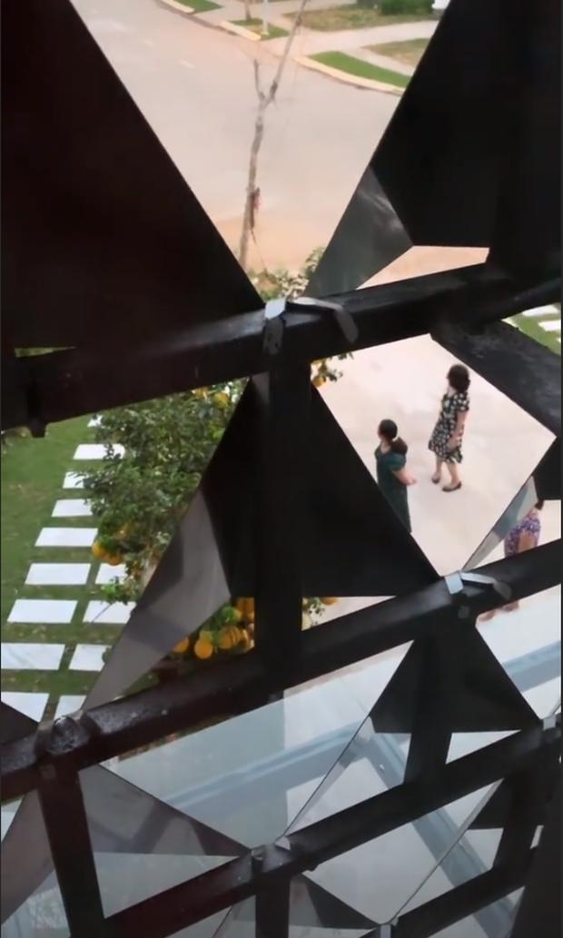 Bị người lạ xâm nhập biệt thự triệu đô vô tư chụp ảnh, phản ứng của Ngọc Trinh gây chú ý hơn cả - Ảnh 1.