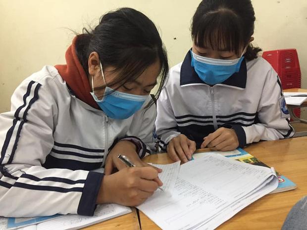 Cập nhật tình hình các lớp học mùa dịch: Muôn kiểu style chất lừ với chiếc khẩu trang huyền thoại giúp phòng chống virus corona - Ảnh 2.