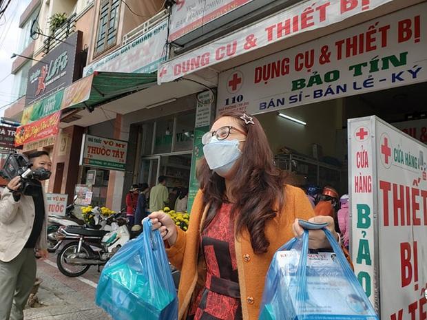 Bị lập biên bản vì hét giá khẩu trang, chủ cửa hàng ở Đà Nẵng nói: Không có lỗi vì phục vụ cho nhu cầu của người dân - Ảnh 5.