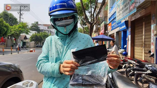 Người dân Sài Gòn xếp hàng nhận khẩu trang miễn phí tại các nhà thuốc - Ảnh 2.