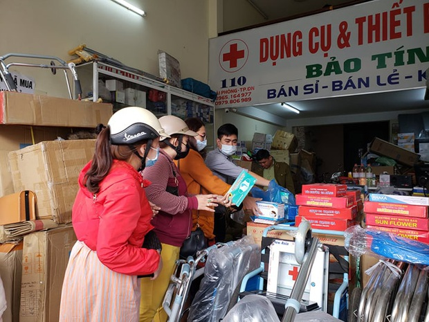 Bị lập biên bản vì hét giá khẩu trang, chủ cửa hàng ở Đà Nẵng nói: Không có lỗi vì phục vụ cho nhu cầu của người dân - Ảnh 3.
