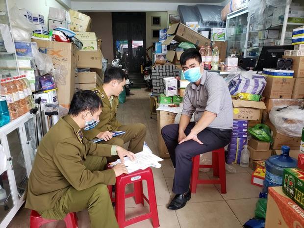 Bị lập biên bản vì hét giá khẩu trang, chủ cửa hàng ở Đà Nẵng nói: Không có lỗi vì phục vụ cho nhu cầu của người dân - Ảnh 2.