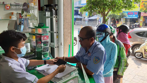 Người dân Sài Gòn xếp hàng nhận khẩu trang miễn phí tại các nhà thuốc - Ảnh 3.