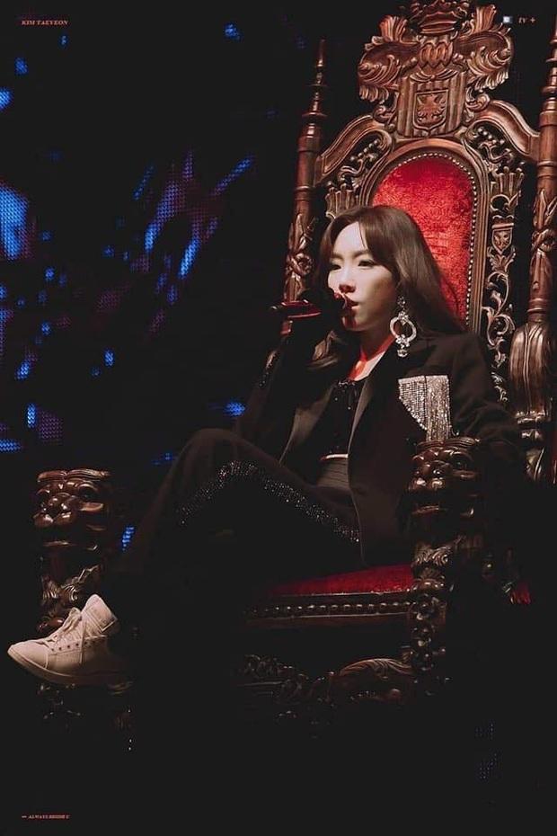 """Taeyeon và Sana (TWICE) ngồi chung 1 chiếc ghế hàng sỉ lẻ: Người khí chất làm King, người thần thái như Queen làm fan """"ship"""" rần rần! - Ảnh 2."""