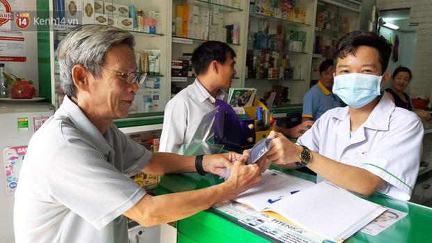 Người dân Sài Gòn xếp hàng nhận khẩu trang miễn phí tại các nhà thuốc - Ảnh 4.