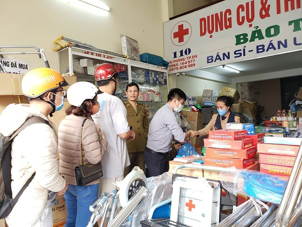 Bị lập biên bản vì hét giá khẩu trang, chủ cửa hàng ở Đà Nẵng nói: Không có lỗi vì phục vụ cho nhu cầu của người dân - Ảnh 4.