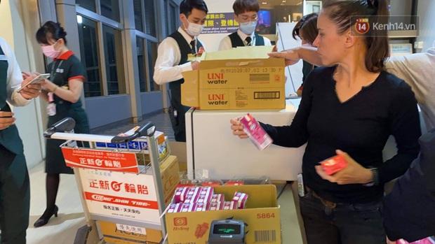 Cả trăm du khách Việt Nam vật vờ ở sân bay Đài Loan từ sáng đến tối vẫn chờ về nước vì dịch corona - Ảnh 7.
