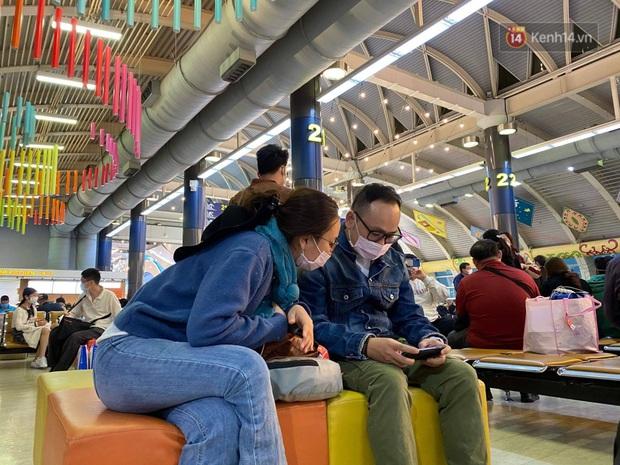 Cả trăm du khách Việt Nam vật vờ ở sân bay Đài Loan từ sáng đến tối vẫn chờ về nước vì dịch corona - Ảnh 4.