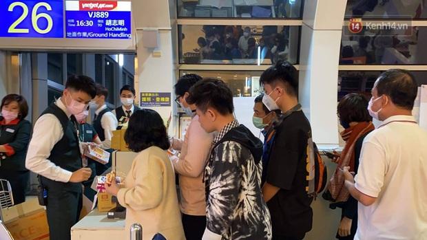 Cả trăm du khách Việt Nam vật vờ ở sân bay Đài Loan từ sáng đến tối vẫn chờ về nước vì dịch corona - Ảnh 5.