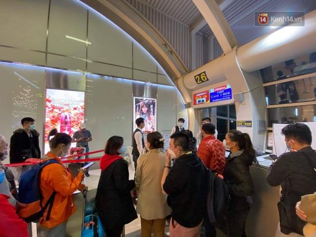 Cả trăm du khách Việt Nam vật vờ ở sân bay Đài Loan từ sáng đến tối vẫn chờ về nước vì dịch corona - Ảnh 9.